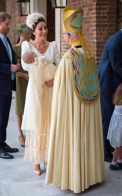Kate se vítá s knězem, který mimochodem oddal Harryho a Meghan.
