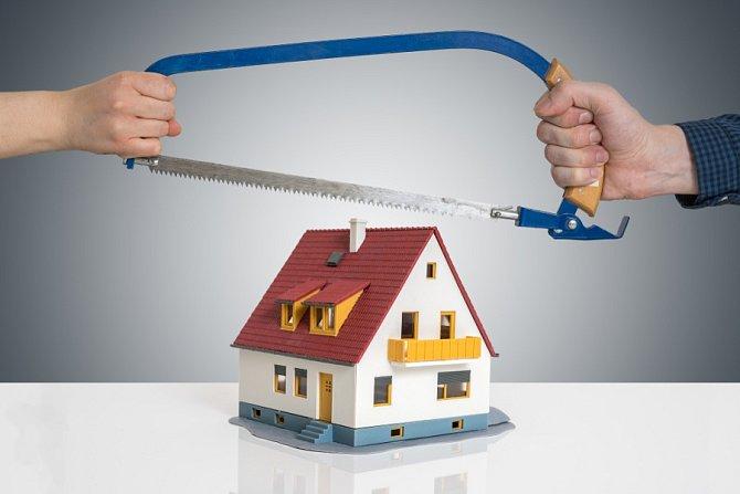 Pokud společné jmění zahrnovalo nemovitost, dohodu o vypořádání společného jmění manželů je třeba registrovat na katastrálním úřadě.