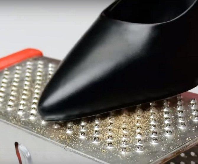 Pokud vám nové boty kloužou, ostrouhejte je trochu na struhadle. Zhrubnou a už vám nikde nepodjedou.