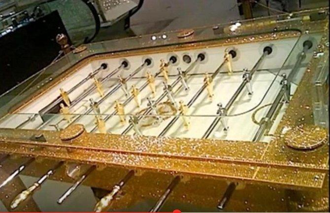 Je libo fotbálek ze zlata, posázený těmi nejdražšími diamanty?