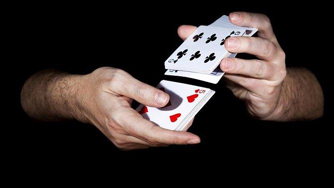 Ilustrační foto - míchání karet