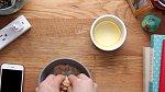 V jiné mističce si nadrobno rozmělněte dvě větší sušenky a nasypte je do másla. Míchejte, dokud se máslo se sušenkou nespojí. Pak směs na dně misky uhlaďte.