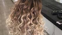 Blond konečky u středně hnědých vlasů vypadají krásně.