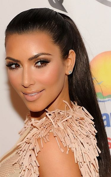 Propagátorkou této kosmetiky je Kim Kardashian. Vyřešila tak problém s lupénkou.