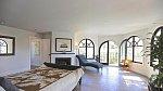 Celý dům je zařízen v jednoduchém stylu, ložnici nevyjímaje. Přímý vstup na terasu je příjemný bonus.
