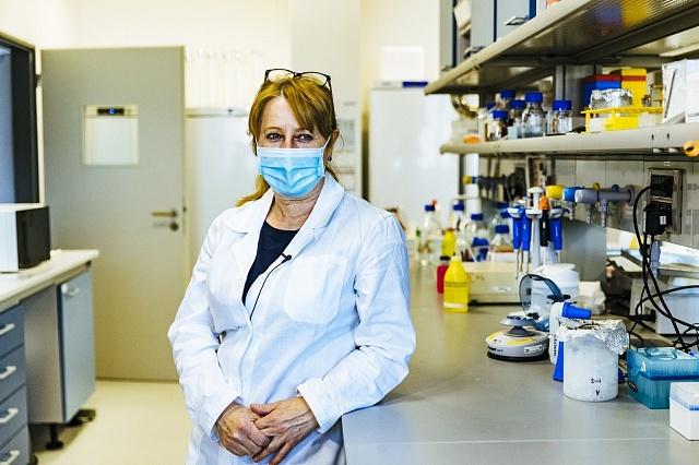 Viroložka Ruth Tachezy, která působí vÚstavu hematologie a krevní transfuze.