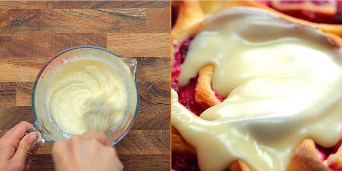 V misce s nálevkou si smíchejte cukr se šlehačkou a dobře směs našlehejte. Ihned po upečení koláče nalijte tuto směs na každý jeho kousek.
