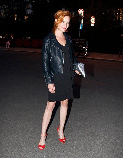 Hana Vágnerová předvádí, že v jednoduchosti je krása! Rovně střižené černé šaty doplnila o krátkou koženou bundičku. Červené střevíčky působí pikantně a ladí s rtěnkou.