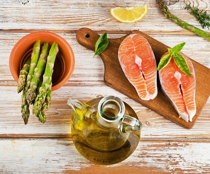 Losos + chřest + olivový olej = nejlepší kombinace.
