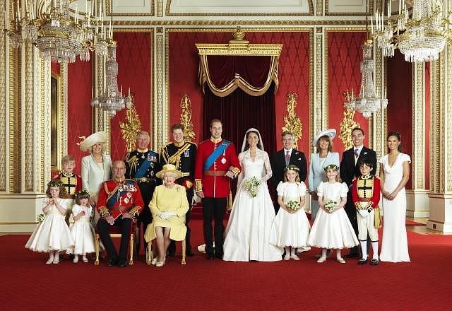 Oficiální snímek: nalevo ženichova rodina, napravo nevěstini rodiče a sourozenci