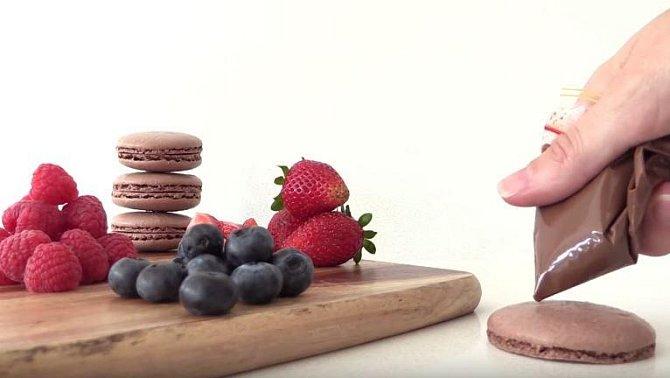 Makrónku ozdobte ovocem pomocí kapky čokolády coby spojovacím materiálem.