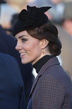 Tento decentní model si Kate vzala 10. ledna na ceremonii v Sandringham v Norfolku.