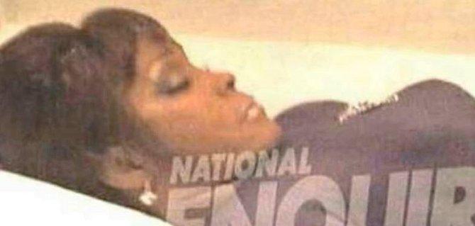 Whitney Houston - byla nalezena s obličejem pod vodou v hotelové vaně 11. února 2012. V krvi měla doslova koktejl z drog a léků a měla popáleniny od horké vody na nohách a zádech. Oficiálně se ale podle vyšetřovatelů utopila.