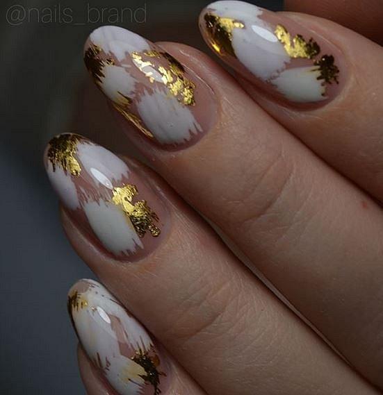 Zlatá barva se hodí k létu a opálené pokožce.