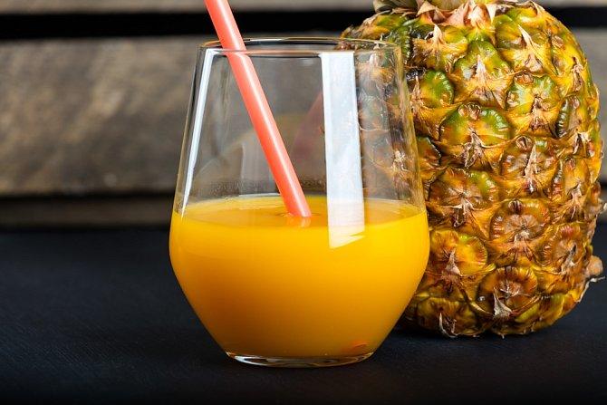 Ananasový džus je nejenom zdravý na pití, ale můžete jím také vybělit stařecké skvrny. Namočte do něj vatový tamponek a postižená místa jím jemně masírujte.