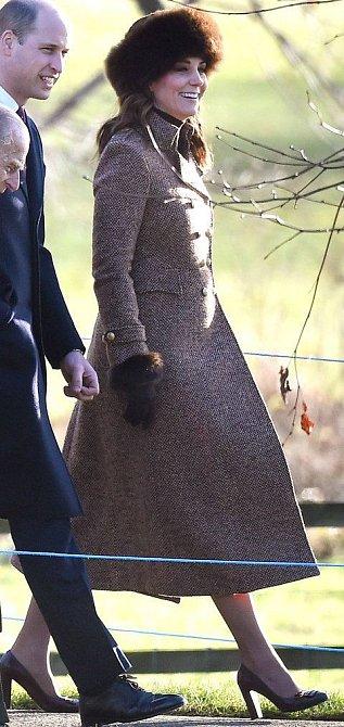 Vévodkyně Kate se kožešinám zuby nehty nebrání.