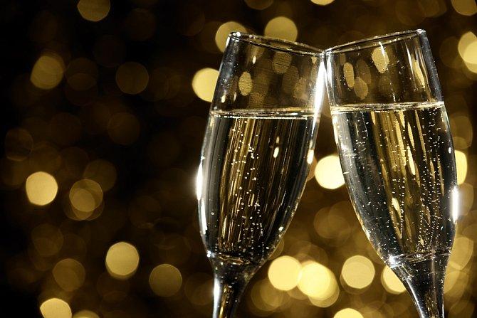 U příležitosti 15. výročí svatby si nakupte nové skleničky. Slavíte totiž skleněnou nebo také křišťálovou svatbu.