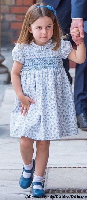 Světle modré šaty oblékla na Louisův křest.