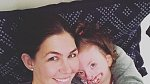 Sophie je nejšťastnější v náruči své maminky.