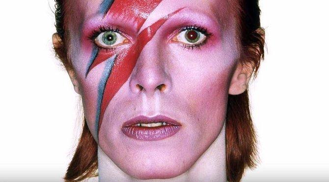 David Bowie prý zažíval neustále nevysvětlitelné situace. V zrcadle viděl UFO, v krbu ďábla.