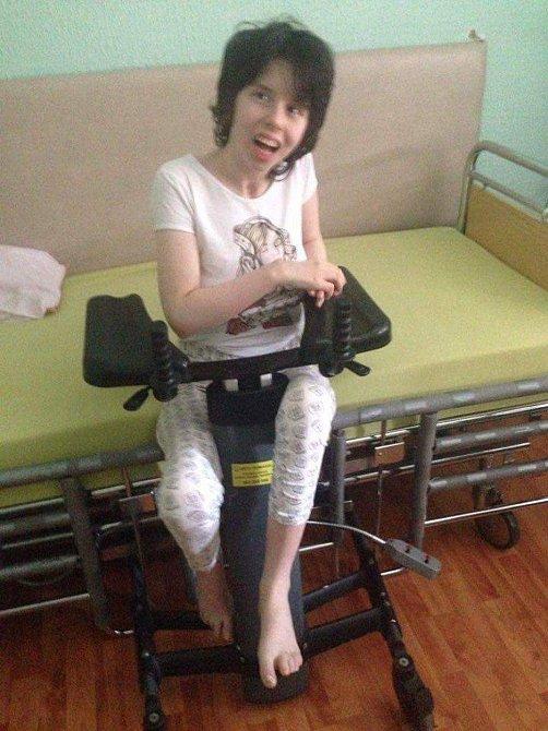 Danijela už po třech měsících dokáže sama sedět, udržet tablet a pero a vnímat okolí