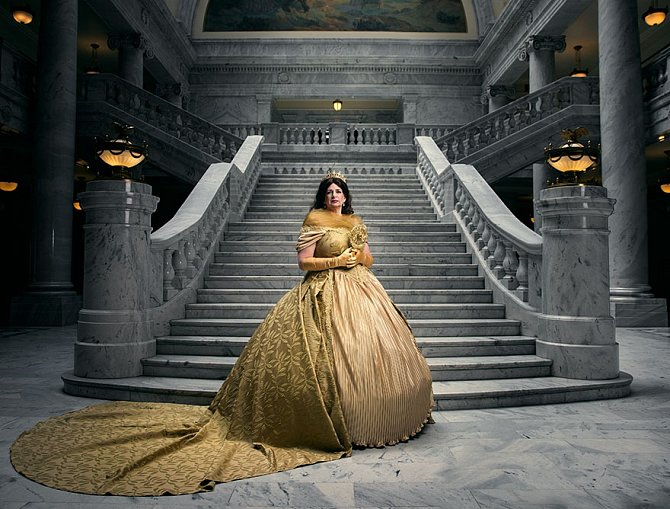 Starší Bellu coby královnu hradu si zkusila vyfotit starší z dam Skoppových, Dita. Matka Any.