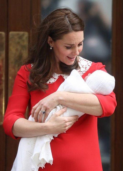 Malého prince Louise přivítala Kate v červených šatech s bílým límečkem.