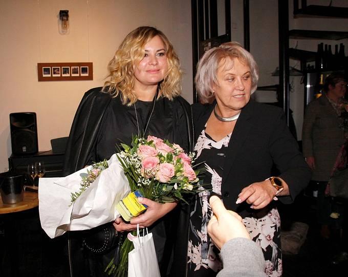 Kateřina Cajthamlová s Jitkou Čvančarovou na křtu knihy Zázraky jsou logické.