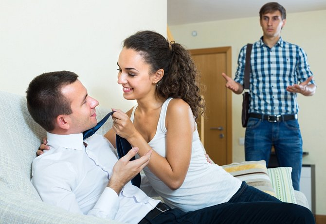 """Nemusíte ji přímo přistihnout """"in flagranti"""", možná jen zahrnuje pozorností někoho jiného a nebrání se flirtu."""