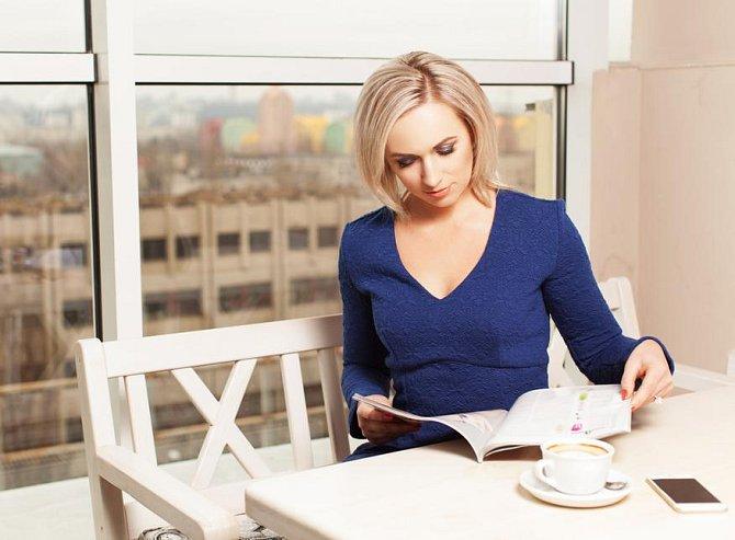 Ilustrační foto - žena si čte magazín