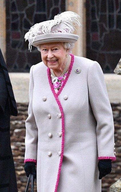 Krásný krémový kabát s růžovým lemováním.