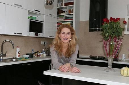 Olga Menzelová ve své kuchyni