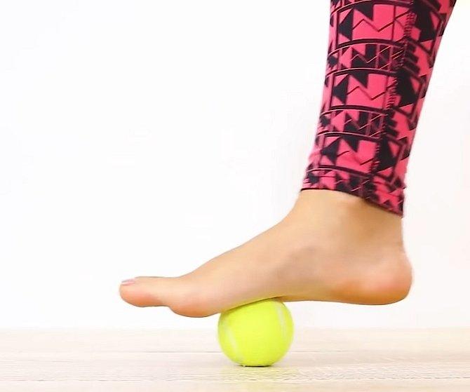 Když přijdete domů po dlouhém dni v lodičkách, procvičte si plosku nohy s míčkem.