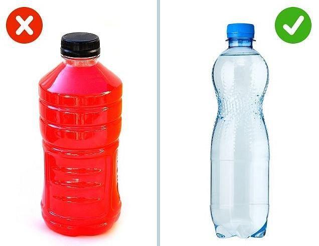 Sportovní nápoje versus čistá voda - Neutrácejte v posilovně za zbytečnosti. Místo umělých drinků si raději dějte čistou vodu. Tu ostatně popíjejte po celý den.
