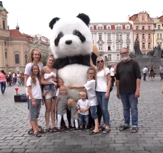 Taina se svou početnou rodinou navštívila Prahu.