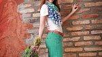 Katky model: Kalhoty chino 699 Kč, růžové tričko 149 Kč, šála 249 Kč, boty sneaker 699 Kč, pásek 249 Kč (vše Tchibo)