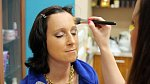 Vizážistka Elena dokončuje make-up