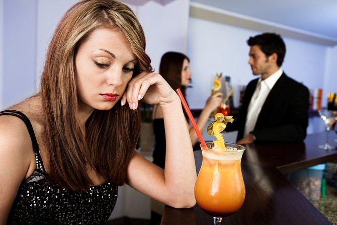 Přistihnete se, že stále častěji chodíte na večírky s přáteli sama.