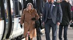 Na cestách byste královnu nejspíš přešli. Vypadá jako obyčejná babička na cestě za vnoučaty.