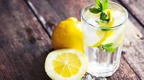 Toto je naprosto geniální! Stačí, když lehce seříznete citrón na jednom z jeho vrcholů. Pak budete potřebovat stříkátko třeba z ústní vody, které po upravení délky zapíchnete do citrónu. Pomůcku použijte na ovoce proti hnědnutí, nebo třeba k rybě.