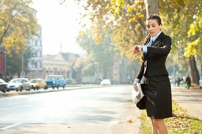 U dámy se ani nehodí jít pozdě. Akademická čtvrthodinka je maximum, co si dáma může dovolit. Kdyby šla více pozdě, je lepší schůzku úplně zrušit a navrhnout jiný termín.
