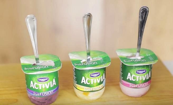 Budete potřebovat jen oblíbený ovocný jogurt, do kterého vrazíte lžičku a takto dáte na několik hodin zamrazit.