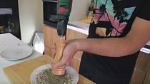 Potřebujete namlít větší množství pepře? Povolejte na pomoc elektrický vrták! Připojte jej k mlínku a za chvíli máte hotovo.