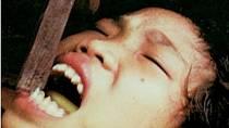 V kmeni Mentawaians na Sumatře podstupují ženy, aby byly atraktivnější pro muže, tzv. sekání či pilování zubů. Místní šaman si nabrousí hrubý kotouč a pomocí něho a kamene zuby sesekává a upiluje.