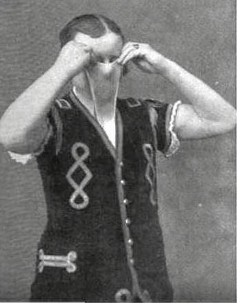 Divákům také předváděl, jak umí ohnout prsty na druhou stranu.
