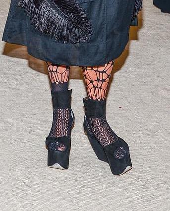 Deborra-Lee Furness měla kromě podivného účesu i velmi podivné boty.