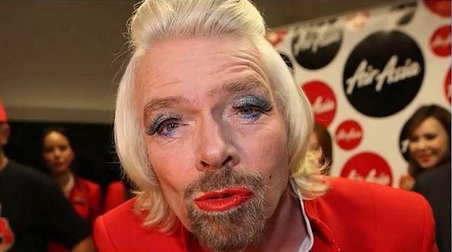 10. Richard Branson je miliardář a mimo jiné vlastní také jedny americké areolinky. Jednou ale v rámci charitativní akce skončil v roli letušky.