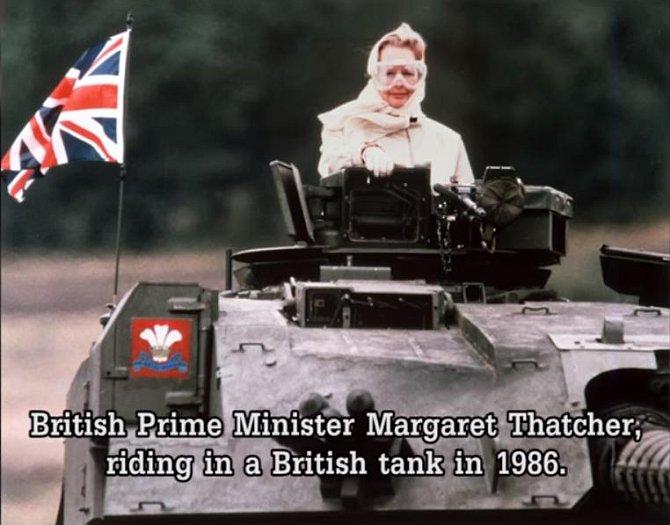 Železná lady v tanku. Takto řídila britský tank premiérka Margaret Thatcher v roce 1986.