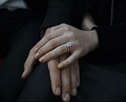 Sophie už je také zasnoubená a to se zpěvákem Josephem Jonesem alias Joe Jonasem. Pár spolu už stačil adoptovat štěně.