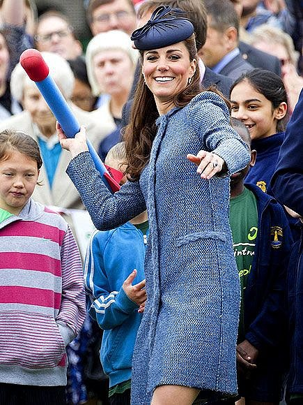 I vévodkyně Kate se s dětskou hračkou zabaví.